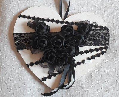 Cuore in legno e fiori noir