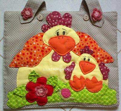 copriforno di stoffa con applicazioni di mamma chioccia e pulcino