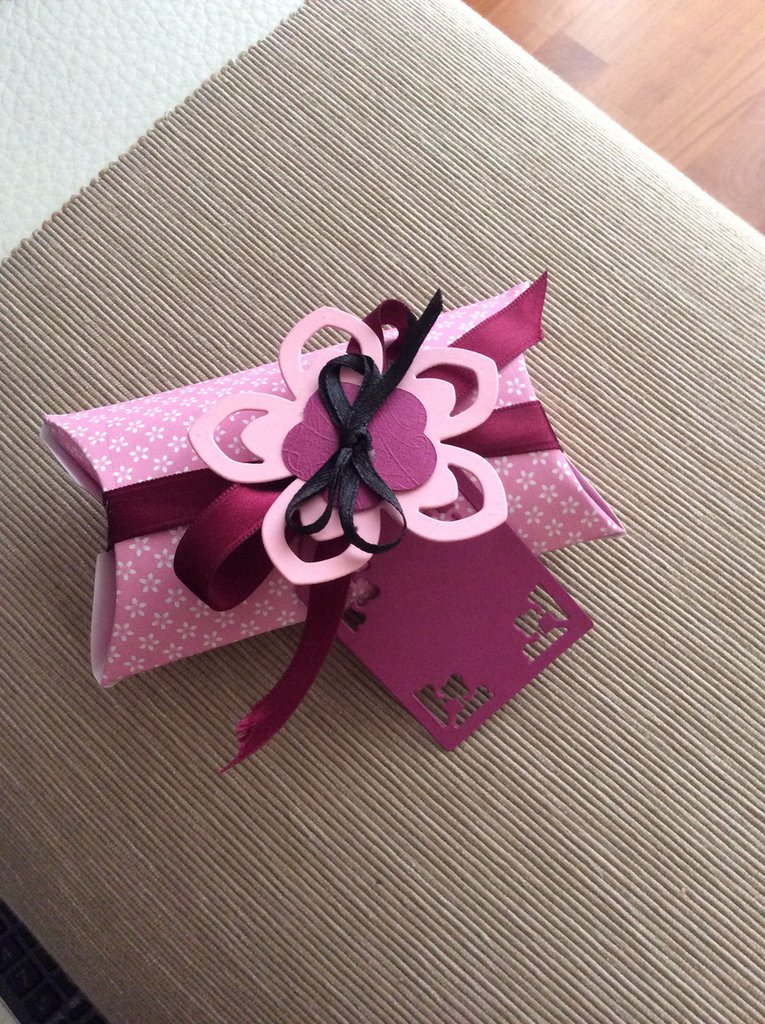 Scatolina rosa e fiore stilizzato