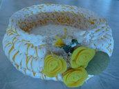 Cestino tondo realizzato a uncinetto con fettuccia e roselline di pannolenci