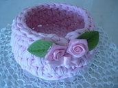 Cestino tondo di colore rosa realizzato a uncinetto con fettuccia e roselline