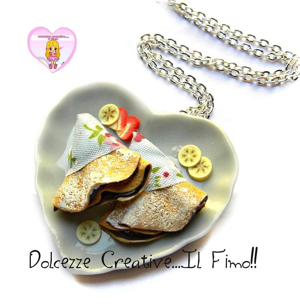 Collana Piatto a forma di cuore con crepes al cioccolato e fette di frutta