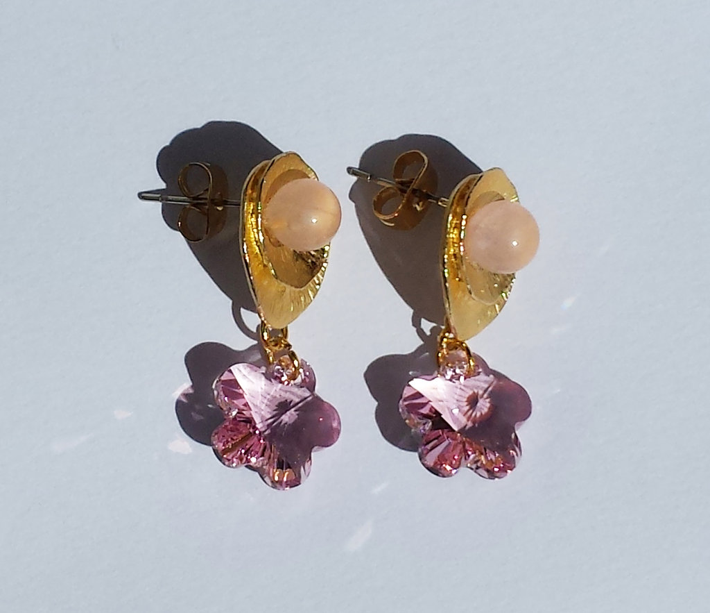 Orecchini in metallo dorato, quarzo rosa e cristalli Swarovski fiori rosa chiaro