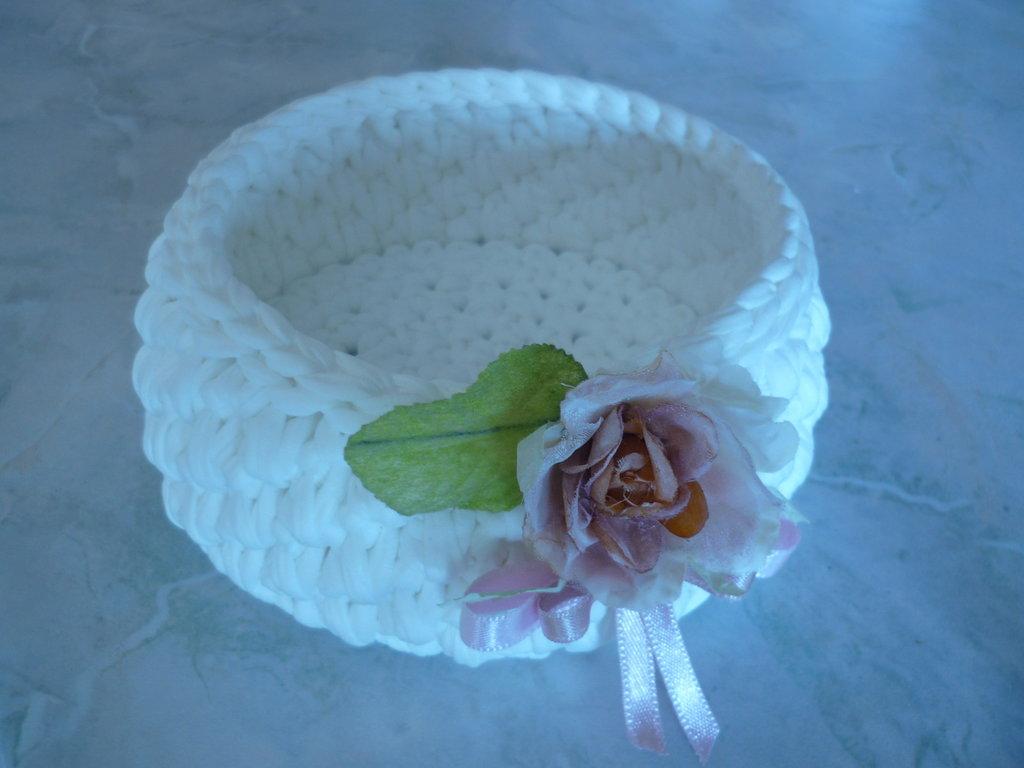 Delicato cestino di fettuccia bianca con fiore dai colori tenui