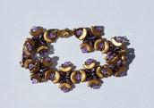 Bracciale lavorato con perline Arcos dorate, Superduo, bicono Swarovski viola e altre perline color viola e bronzo