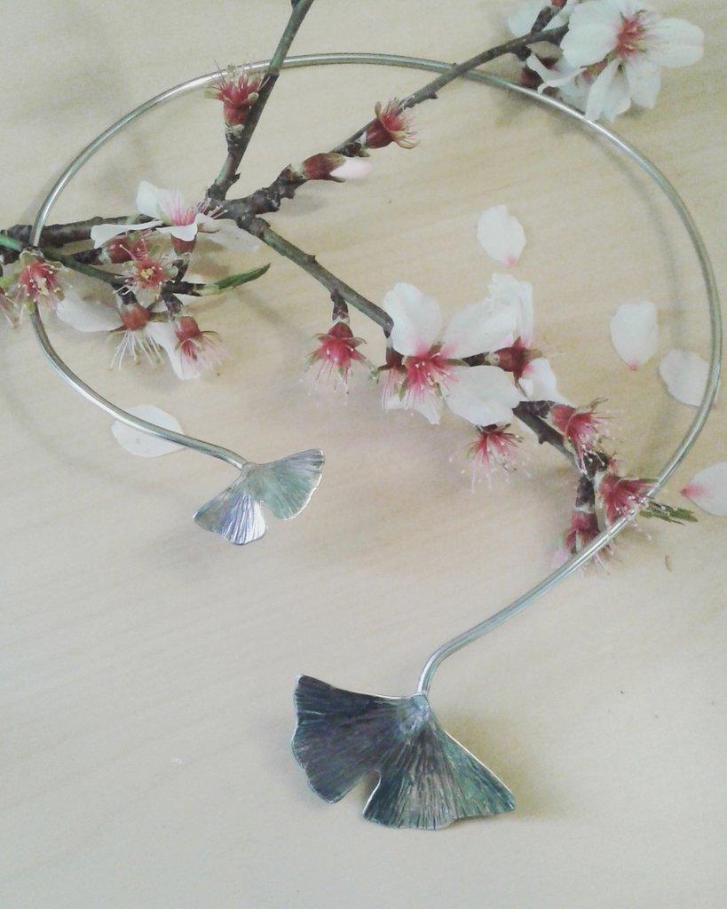 Collana rigida con foglie di ginkgo biloba