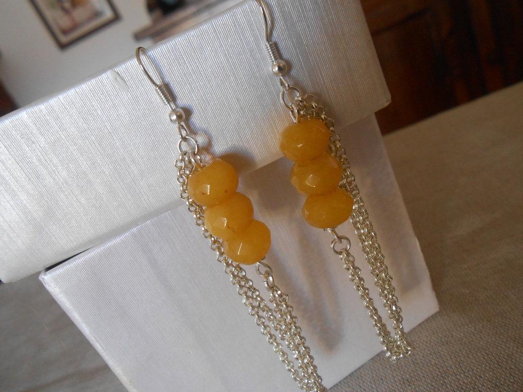 Orecchini pendenti fatti a mano con agate gialle e catenelle nichel free, idea regalo.