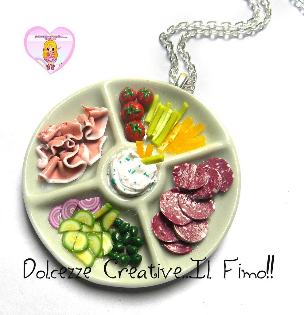 Collana Piatto Antipasto affettati - Salame, prosciutto, sedano, carote, salsa, pomodori, cipolle,cetrioli e olive