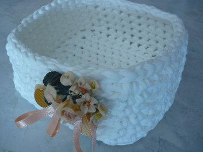 Cestino a forma quadrata in fettuccia bianca e un delicato mazzolino di fiorellini.