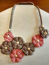 Collana uncinetto fiori in filato di cotone e perline di legno
