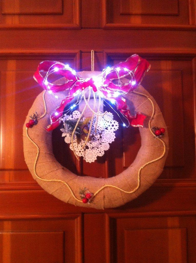 Ghirlanda lavorazione artigianale natalizia con luce a led bianco freddo art2579