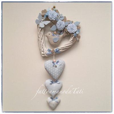 Cuore/fiocco nascita in vimini con roselline,farfalla,uccellino e 3 cuori sui toni dell'azzurro/beige