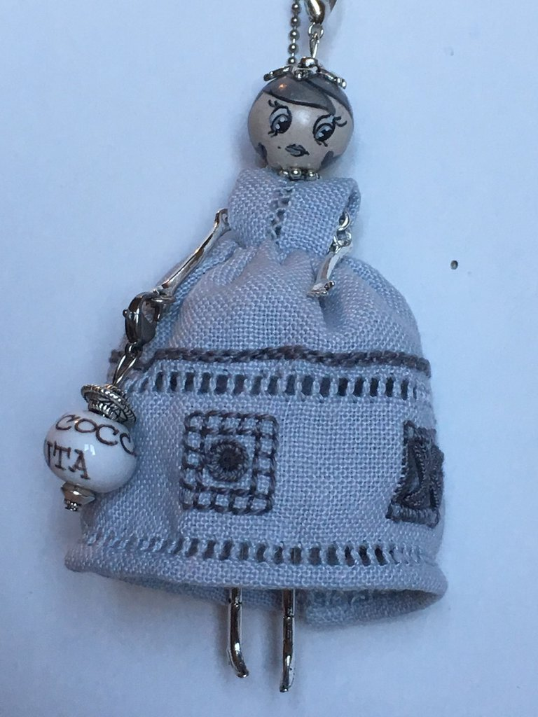 Collana La Mi Cocca di ceramica Deruta con vestito grigio ricamato a mano