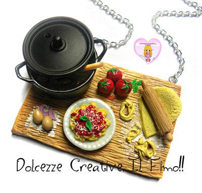 Collana Piano Preparazione pasta, con tagliatelle al sugo e pentola con salsa - handmade miniature