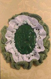 Cammeo grande in resina verde decorato tutto intorno ad uncinetto e trina bianca
