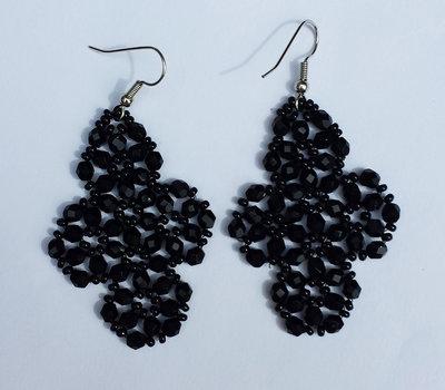 Orecchini con mezzi cristalli neri e perline nere