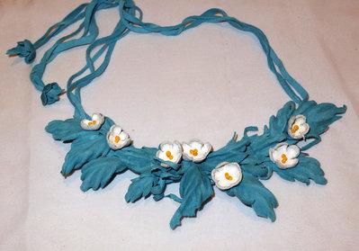 Collana di vera pelle colore azzurro con fiori bianchi