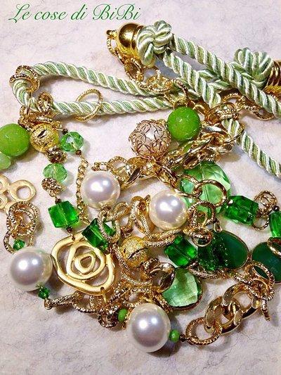 Collana verde con elementi oro