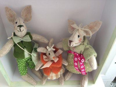 Piccola famigliola di teneri coniglietti