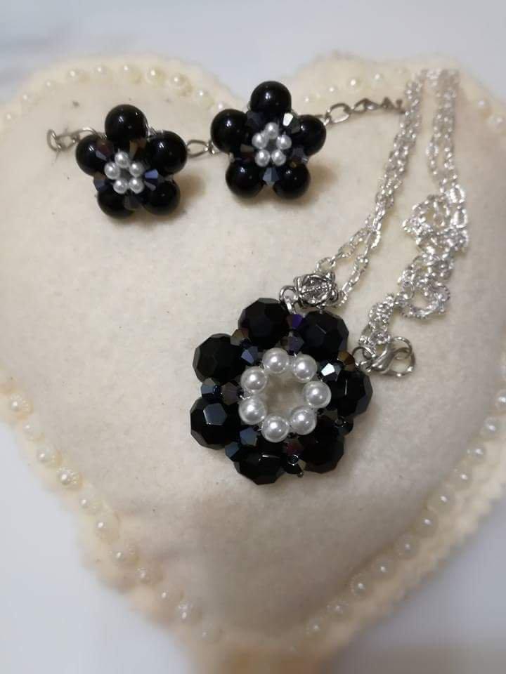 gamma esclusiva personalizzate immagini ufficiali Parure orecchini con perle e collana Swarovski e perle fiorellino