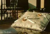 Cuscino porta fedi in puro lino con bordura di pizzo chiacchierino bianco.