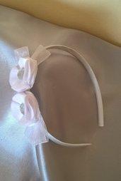 Cerchietto in raso bianco decorato con eleganti fiori