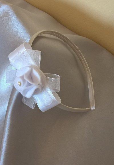 Cerchietto in raso bianco decorato con un romantico fiore