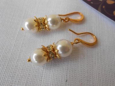 Orecchini pendenti dorati con perle bianche, idea regalo.