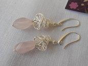 Orecchini pendenti con quarzo rosa e metallo color argento, idea regalo.