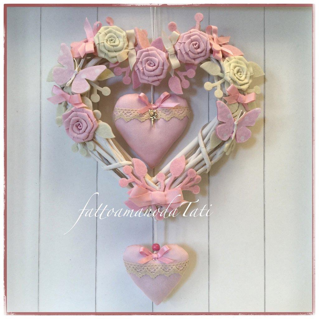 Cuore/fiocco nascita in vimini con roselline,farfalle e due cuori con pizzo sul rosa e bianco