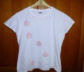 T-shirt decorata a mano con applicazioni di fiori rosa e perline