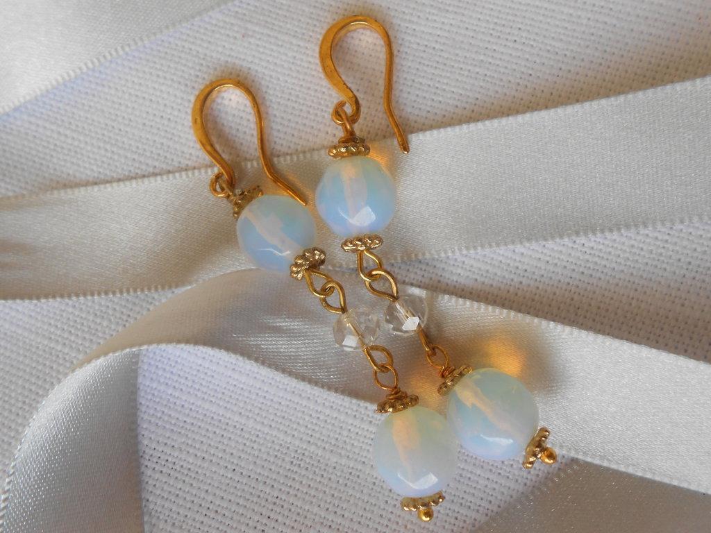 Orecchini pendenti dorati con   sfere di opali, idea regalo.