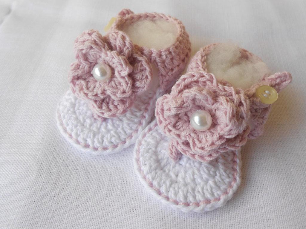 Sandali infradito baby in cotone bianco rosa con grosso fiore e perla.