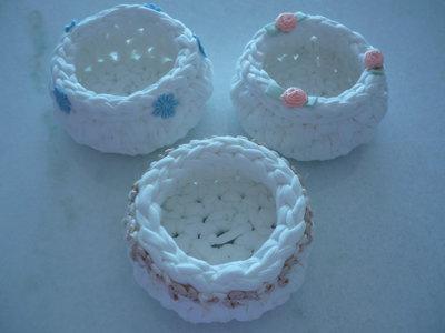 Delicate ciotoline bianche di fettuccia con varie decorazioni per bomboniere da battesimo,comunione,nozze