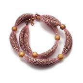 Collana in rete tubolare rosa contenente conteria argentata