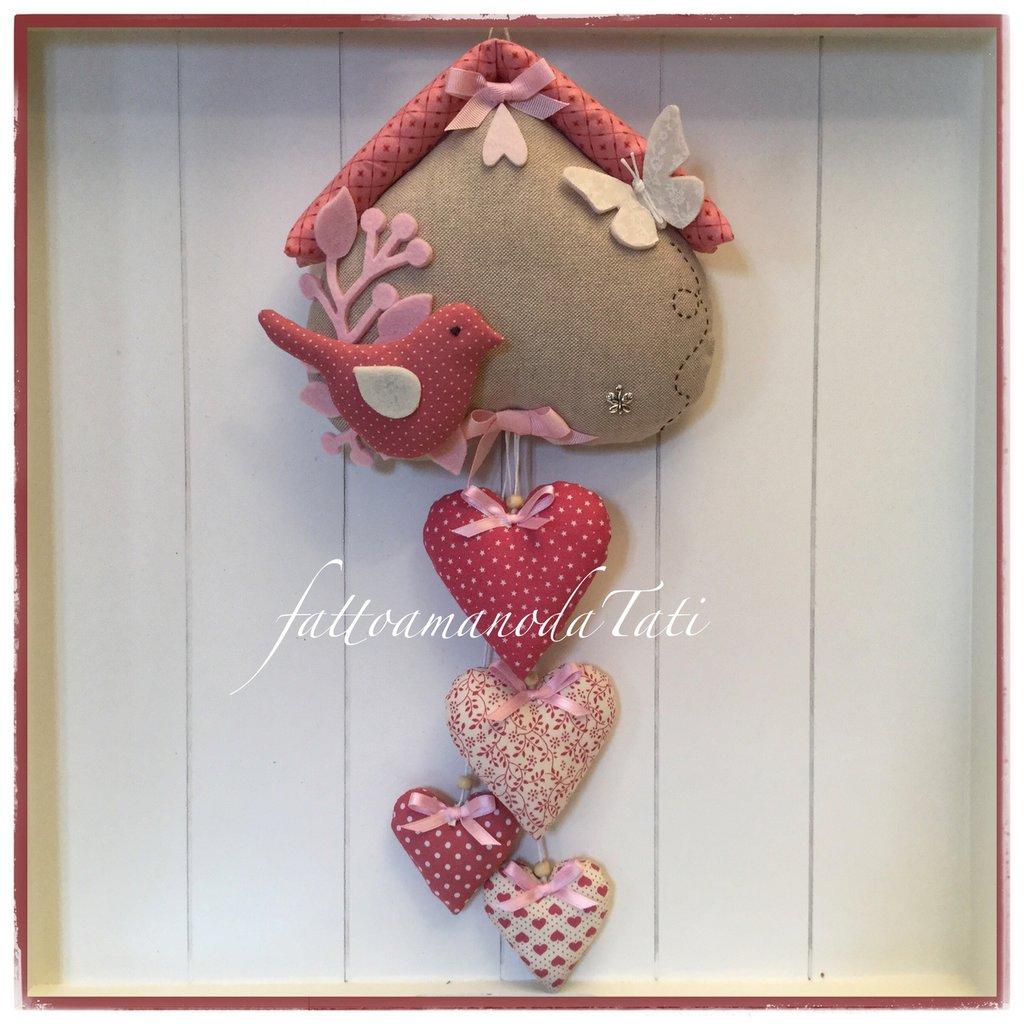 Fiocco nascita casetta in cotone ecrù con uccellino ,farfalla e 4 cuori sui toni del rosa e lampone