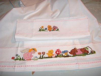 Completo  per carrozzina/culla  composto da lenzuolino sotto, lenzuolino sopra e federa,realizzato interamente a mano
