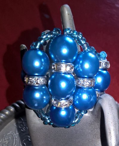 Anello con perle blu e strass