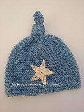 cappello azzurro con stella bianco panna fatto a mano