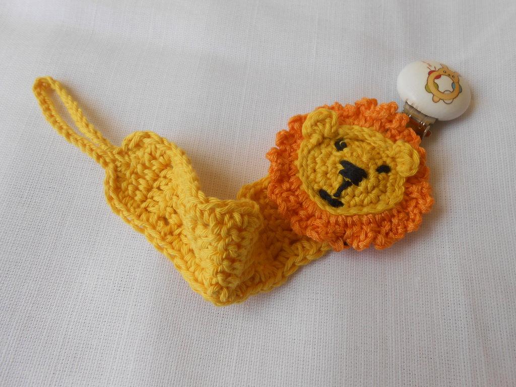 Portaciuccio con clips di legno e testina di leone all'uncinetto, idea regalo.