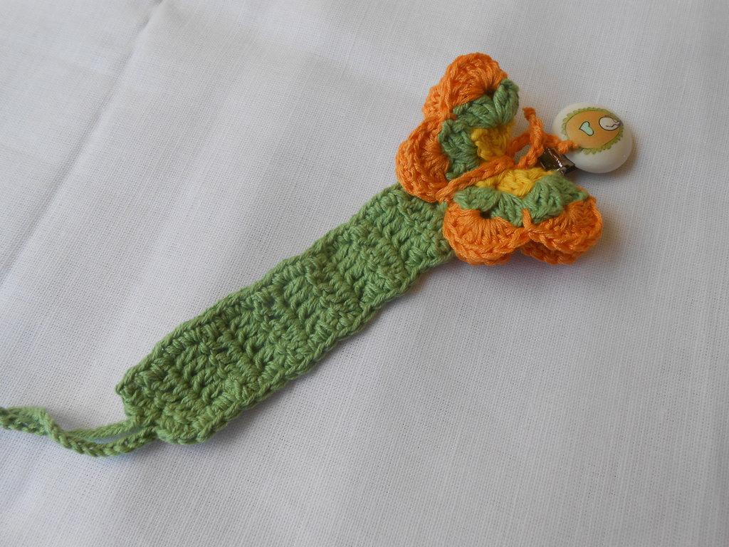 Catenella portaciuccio crochet con farfalla colorata e clips di legno, idea regalo.