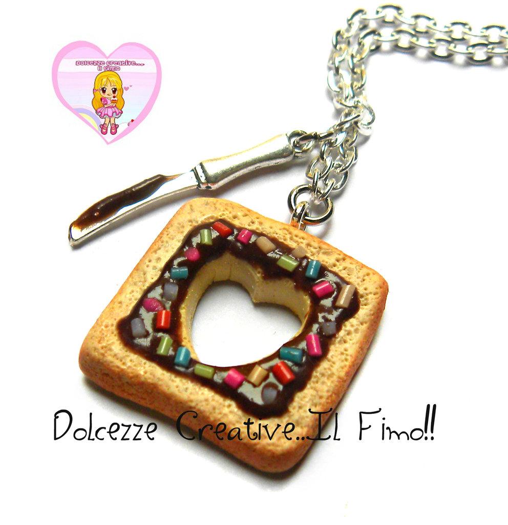 Collana Con Toast - Fetta di pane con cioccolata e granella e incisione a forma di cuore e coltello