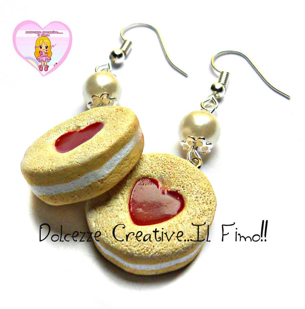 Orecchini Con biscotti rotondi con cioccolata bianca Ripieni ai marmellata di fragole con taglio a forma di cuore