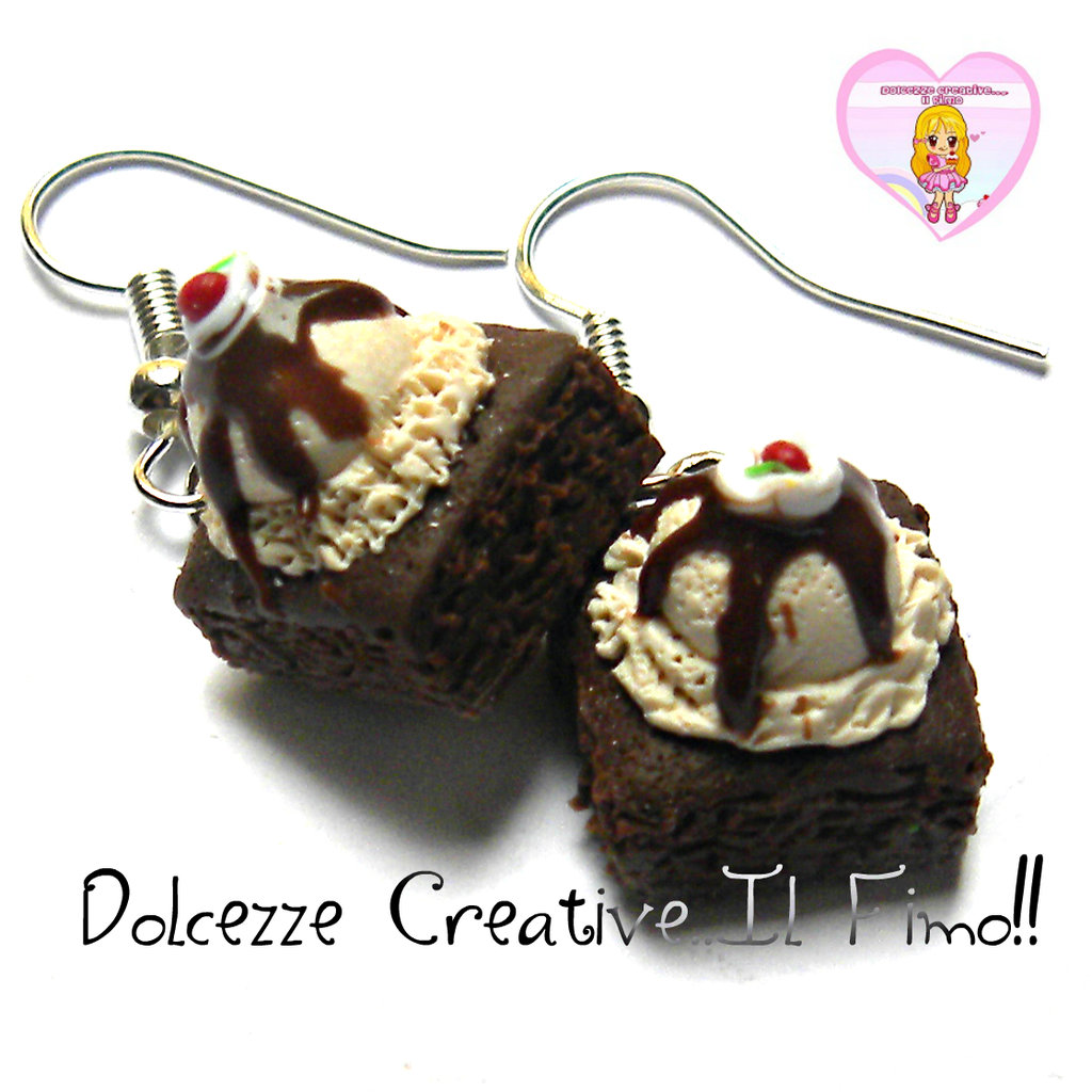 Orecchini Brownie al cioccolato con gelato, glassa al cioccolato, panna e ciliegine.