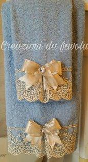 Asciugamani con tulle azzurro e panna
