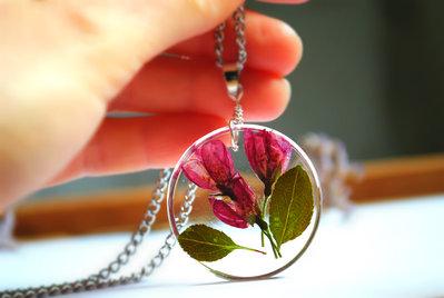 collana/ciondolo in resina con fiori veri