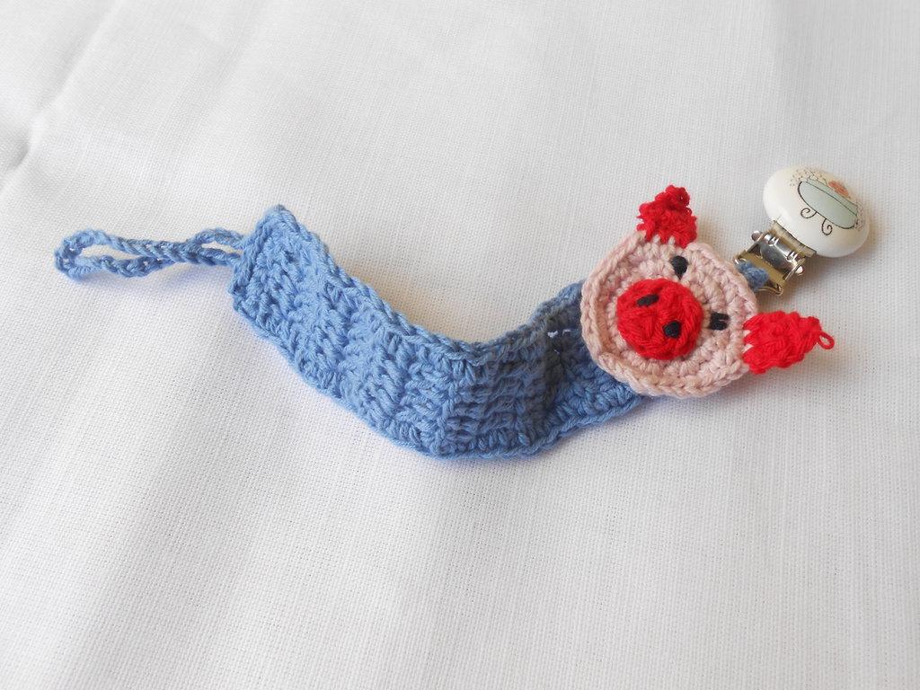 Catenella portaciuccio fatta a mano  a forma di maialino con clips di legno, idea regalo.