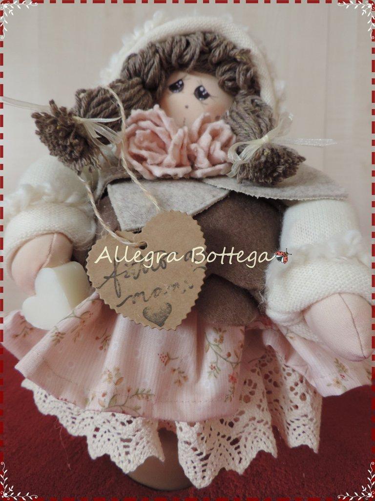 Dhianta Bambola sul vaso di coccio