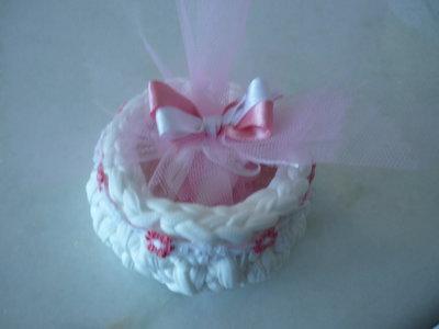 Fine ciotolina per bomboniera da bambina con tulle e fiorelllini rosa