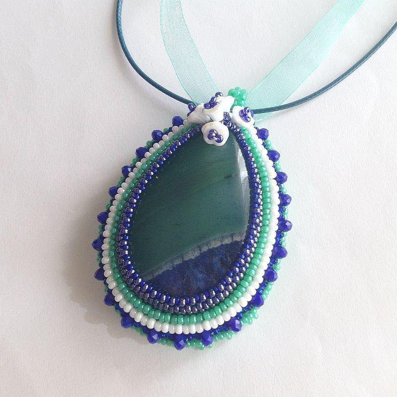 Medaglione embroidery con agata verde blu bianco
